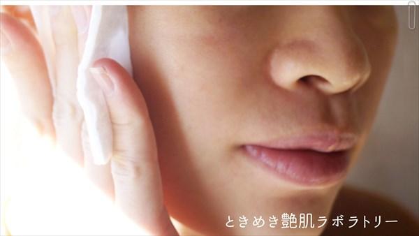 洗顔うるおい水で顔を拭く